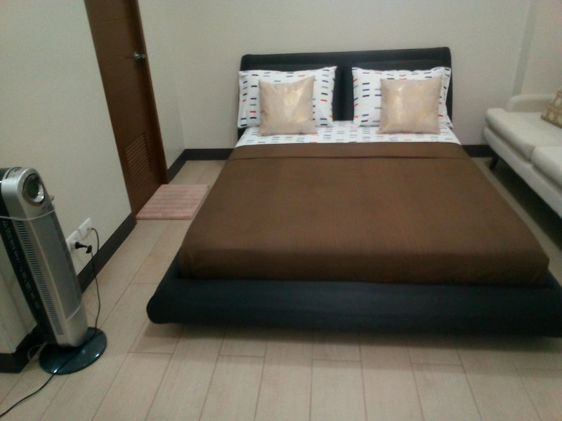 Home with Clothes Dryer Near Marriott Hotel and Resorts World Manila, vacation rental in Cavite City