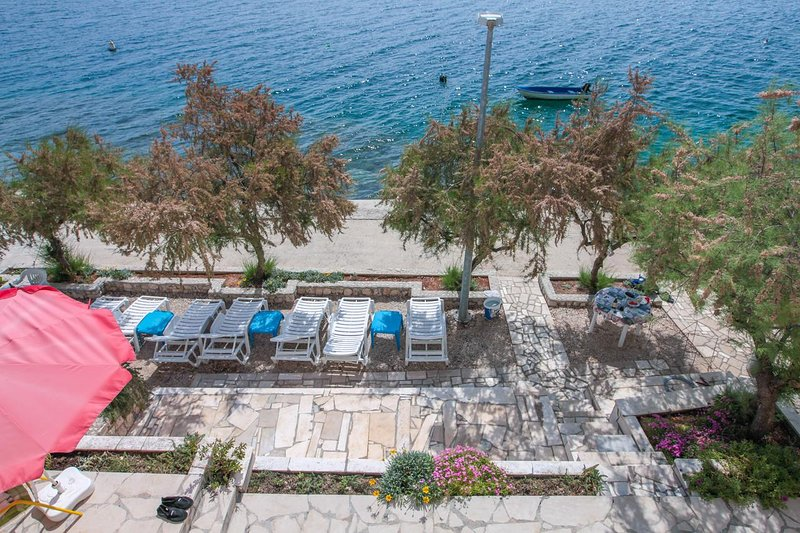 Villa Vedran B seafront apartment with terrace and sunbeds - Dubrovnik Riviera, holiday rental in Komarna
