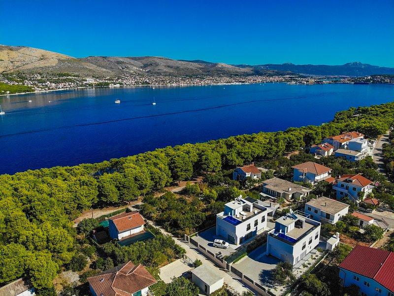 Cozy villa with pool and sea view, aluguéis de temporada em Okrug Donji