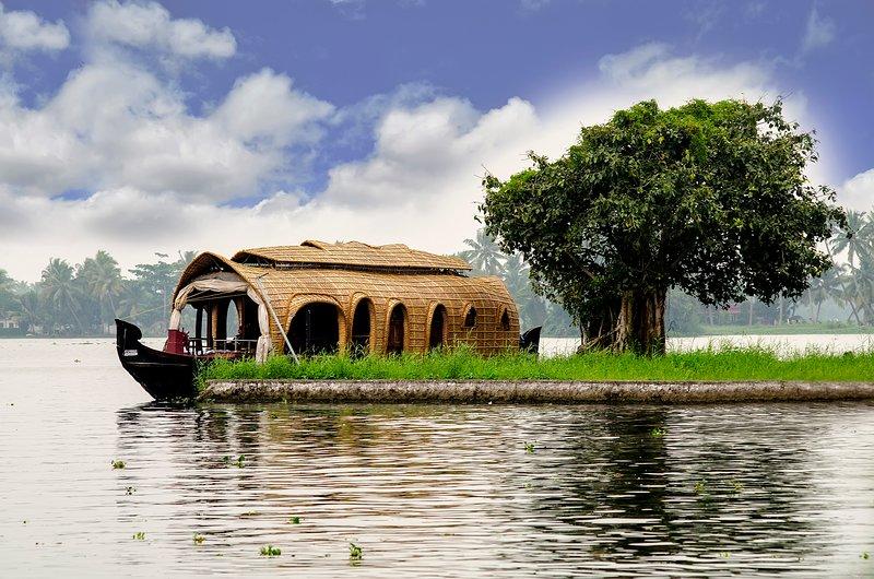 ALLEPPEY HOUSEBOATS 2 ROOM, alquiler de vacaciones en Nedumudi