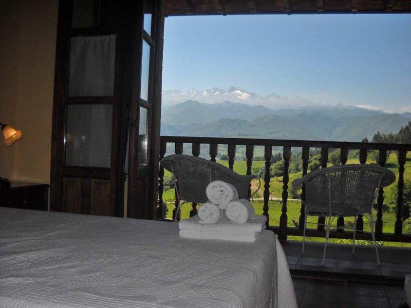 Casa rural con jacuzzi y jardin privado vistas panorámicas a los Picos de Europa, holiday rental in Robellada
