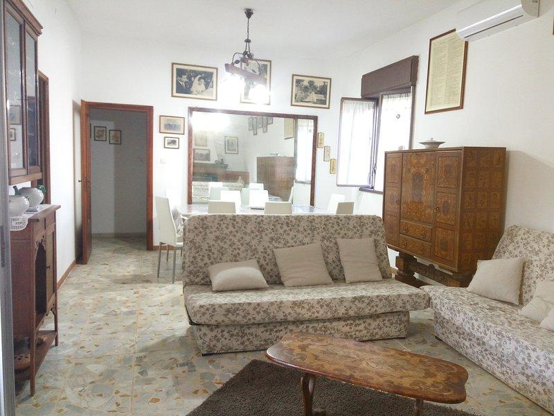 Spacious villa with swimming-pool, vacation rental in Tremestieri Etneo