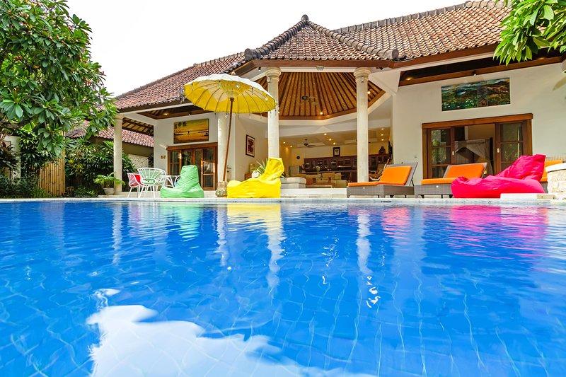 Uitzicht op zwembad en villa