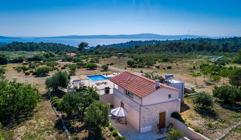 Holiday home with pool in big olive field, casa vacanza a Lozisce