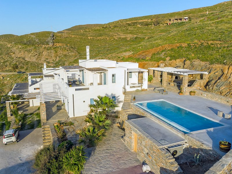 Traditional villa with a swimming pool and sea view in the area of Melissaki, alquiler vacacional en Ceos