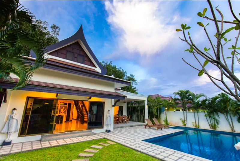 CHAMPAGNE-modern & luxurious 3BR pool villa, holiday rental in Nai Harn