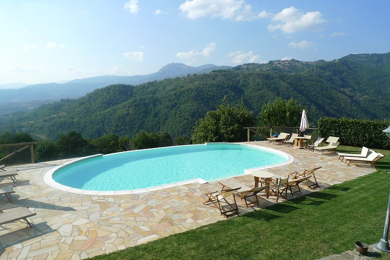 Il Colletino apartment with infinity pool, 2 minutes walk to restaurant/bar, vacation rental in Pieve Fosciana