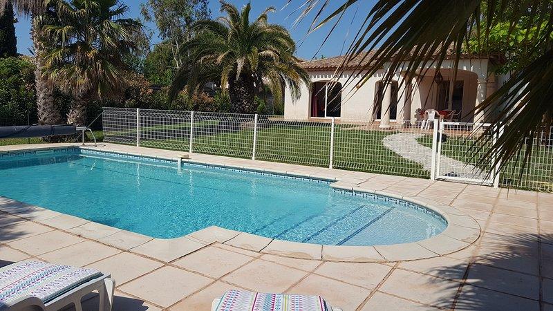 TRES BELLE VILLA en 4 * climatisée avec une PISCINE PRIVEE ET CHAUFFEE et au sel, holiday rental in Florensac