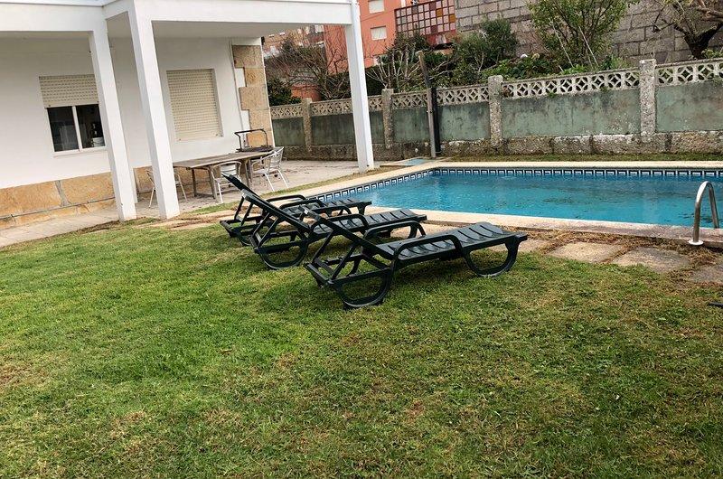 CASA CON PISCINA EN EL CENTRO, 3 MINUTOS ANDANDO DE LA PLAYA LADEIRA, holiday rental in Viladesuso