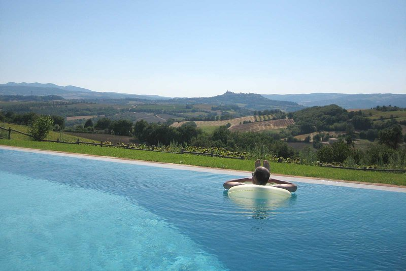 Luxury villa for 8 - 16, infinity pool & guest cottages. Panoramic view of Todi, location de vacances à Torri