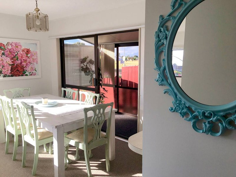 Sunny Holiday Home, 2 Minutes From The Beach, location de vacances à Paengaroa