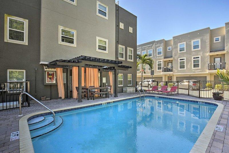 Rilassati in questa lussuosa residenza cittadina con 2 camere da letto e 2,5 bagni.