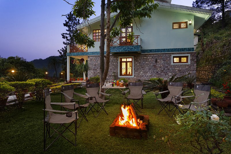 Gather around in the side garden of this vacation home for an evening bonfire