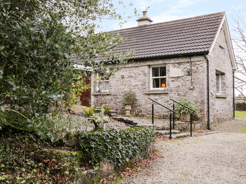 DUN NA RON, woodland setting, exposed beams and walls, solid fuel stove, holiday rental in Oughterard