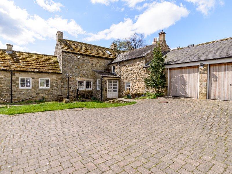 EAST FARM HOUSE, Grade II listed farmhouse, woodburner, en-suite, enclosed, location de vacances à Anick