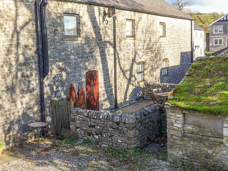 2 PRIMITIVE MEWS, pet friendly, character holiday cottage, with open fire in, vacation rental in Monyash