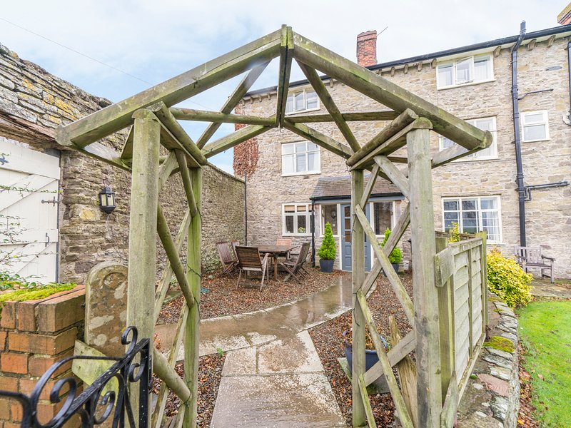 ROWTON MANOR COTTAGE, pet friendly, character holiday cottage, with a garden in, casa vacanza a Adforton