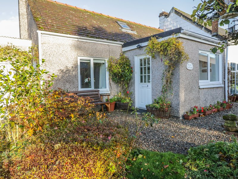 ROSE COTTAGE, semi-detached, single-storey, woodburner, shared garden, in, vacation rental in Murthill