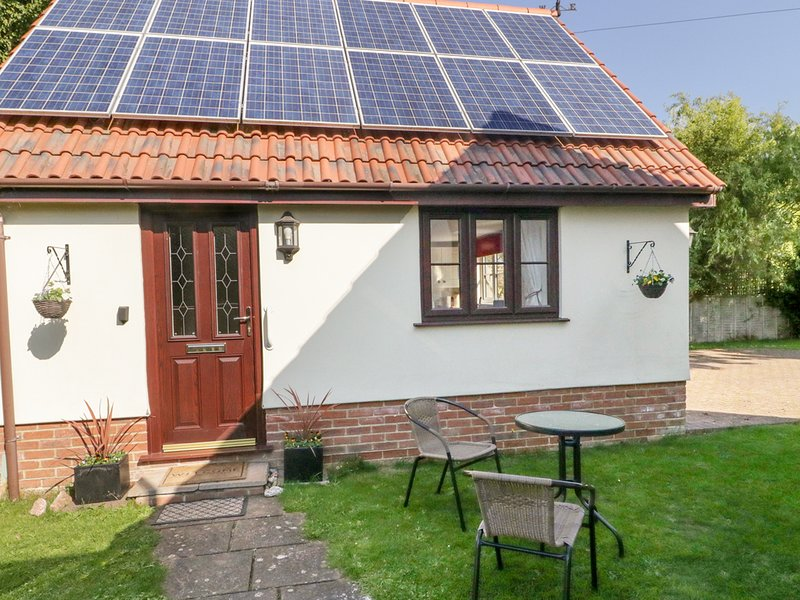 LITTLE WOODCOT, WiFi, garden with seating, in Burton, holiday rental in Kilve