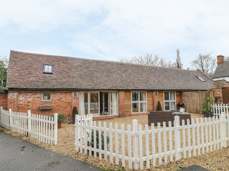 MEGS COTTAGE, contemorary, all ground floor, in Tiddington, Ref 990901, location de vacances à Tiddington