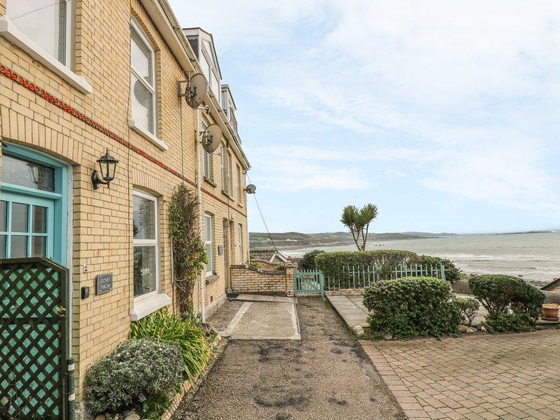 STONE'S THROW character cottage, sea views, walk-to beach, resort facilities, Ferienwohnung in Marazion