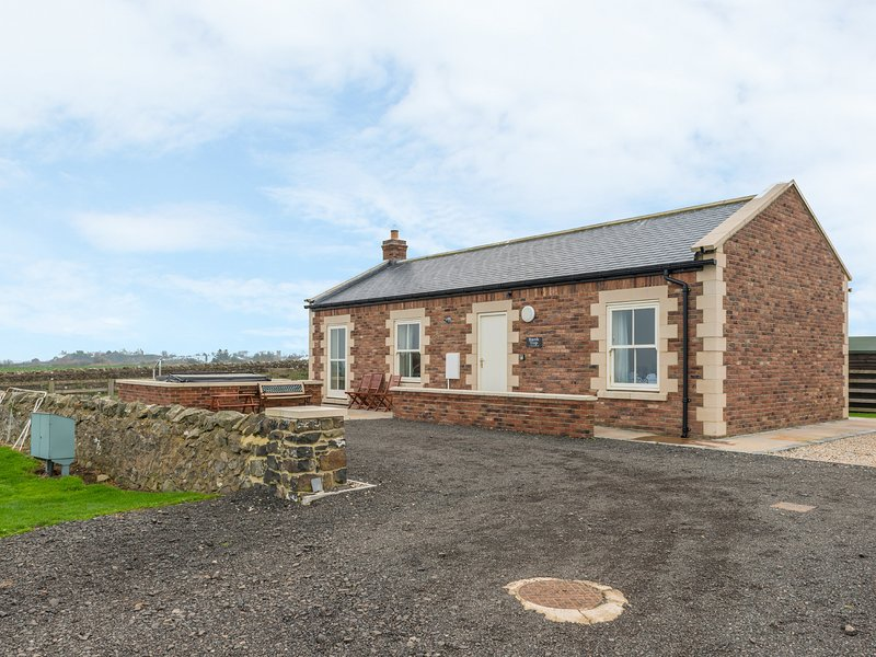 BANK TOP COTTAGE, open plan living, all ground floor, woodburner, hot tub, vacation rental in Craster