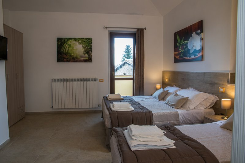 B&B COUNTRY HOUSE BORGO PRATOLE SUITE CAMERA TRIPLA CON TERRAZZO, location de vacances à Appignano