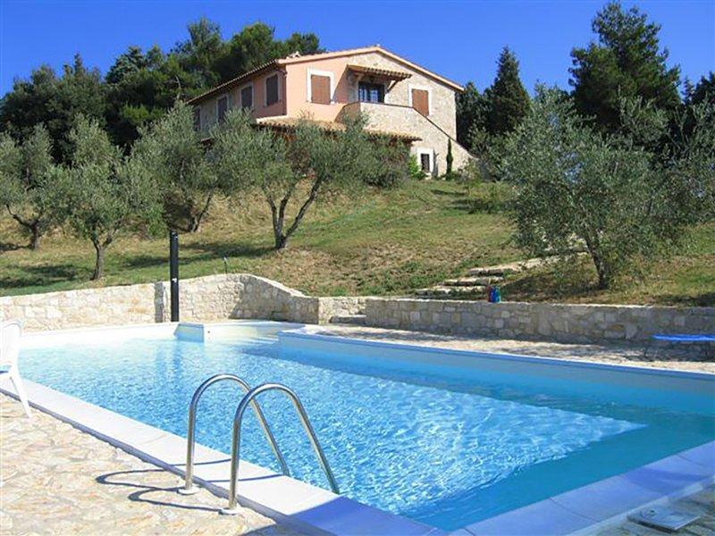 Villa in Todi, glorious views, private pool and trattoria 5 minutes walk away!, Ferienwohnung in Romazzano