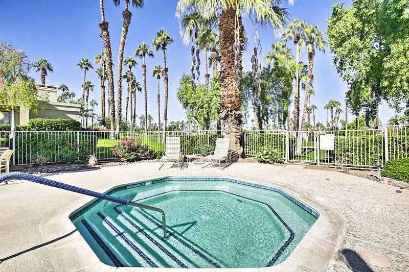 ¡Sumérgete en las vacaciones de tus sueños en este condominio del club de campo de Palm Desert!