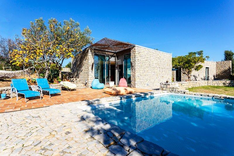 NEW Breathtaking Villa w/ pool in scenic landscape, holiday rental in Tavira
