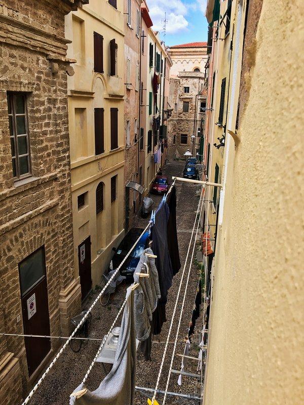Notre rue et notre lessive. L'opéra se trouve à gauche.