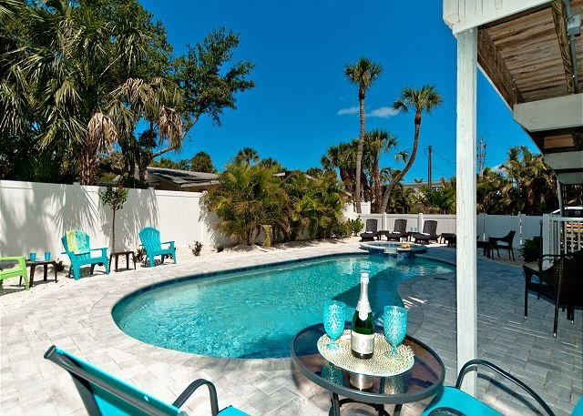 Isle Haven A - steps to the beach and many other conveniences - pet friendly!, alquiler vacacional en Anna Maria Island