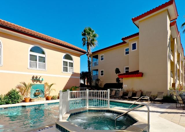 Sunflower condo with two pools - one is directly on the beach! Elevator, alquiler vacacional en Bradenton Beach
