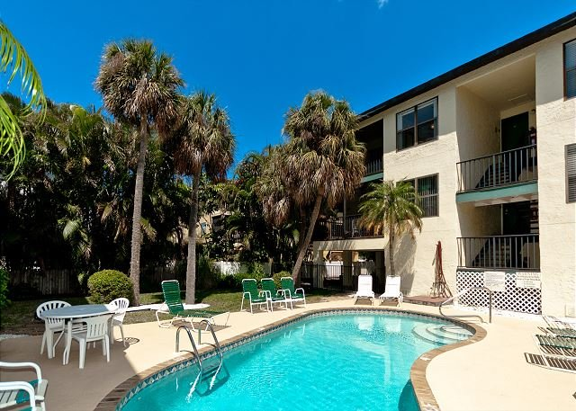 Beach View 7 - a 2 Bed/ 2 Bath 2nd floor condo w/pool and close to the beach, holiday rental in Holmes Beach