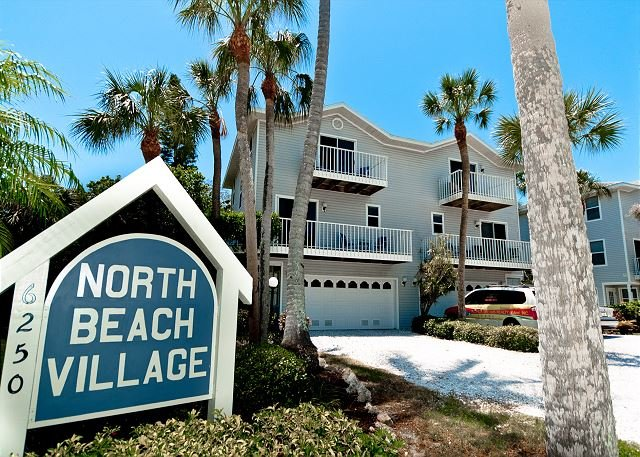 Sunrise Serenity - Spacious 3/2.5 town home with community heated pool, holiday rental in Holmes Beach