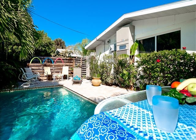 Gertie's East - a great 1/1, just steps to the beach. With Relaxing Pool!, holiday rental in Holmes Beach