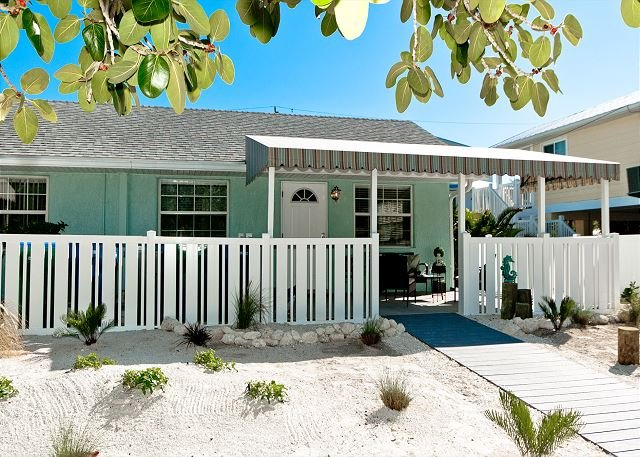 Gulf Winds - a completely remodeled cozy cottage - pet friendly, alquiler vacacional en Anna Maria Island
