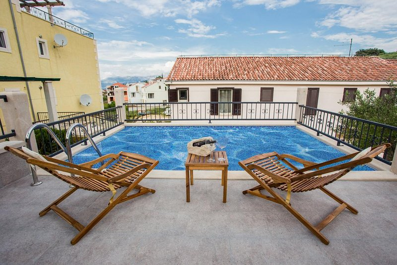 Sutivan Apartment Sleeps 5 with Pool and Air Con - 5719905, holiday rental in Sutivan