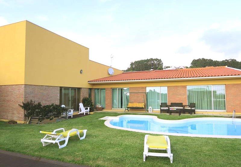 PVZ16V6 Luxuosa vivenda com campo futebol exterior, vacation rental in Povoa de Varzim