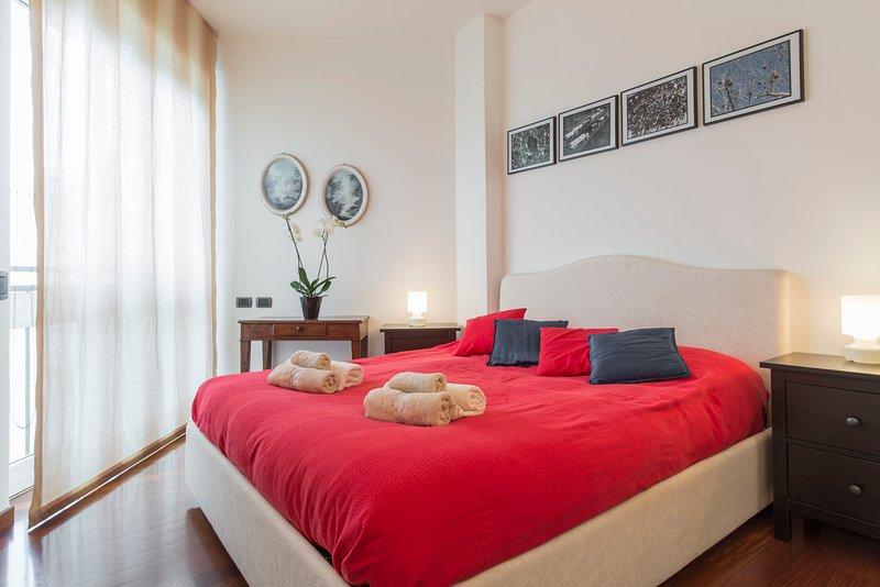 Appartamento con ampio terrazzo in zona Sempione/Arco della pace, vacation rental in Novegro
