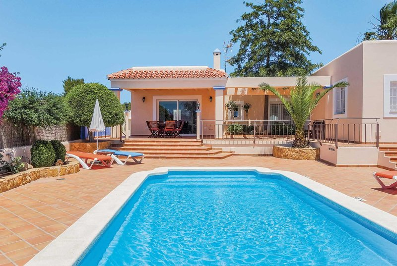 Modern 3 bed villa with private pool and WiFi, vacation rental in Portinatx