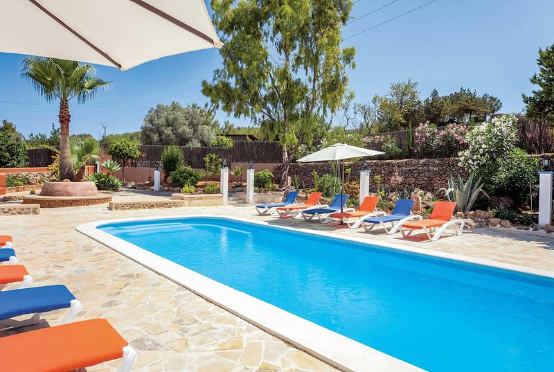 Large 6 bed villa with games room and A/C, holiday rental in Port de Sant Miguel