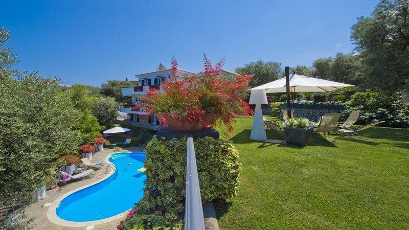 Villa Serena Sorrento Luxury - Great Family Friendly Villa with 5 Bedrooms and P, holiday rental in Marina di Puolo