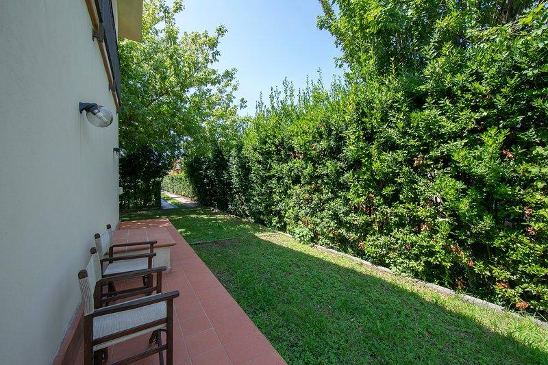 La villa a sa propre voie privée et un espace de voiture privé pour au moins trois voitures