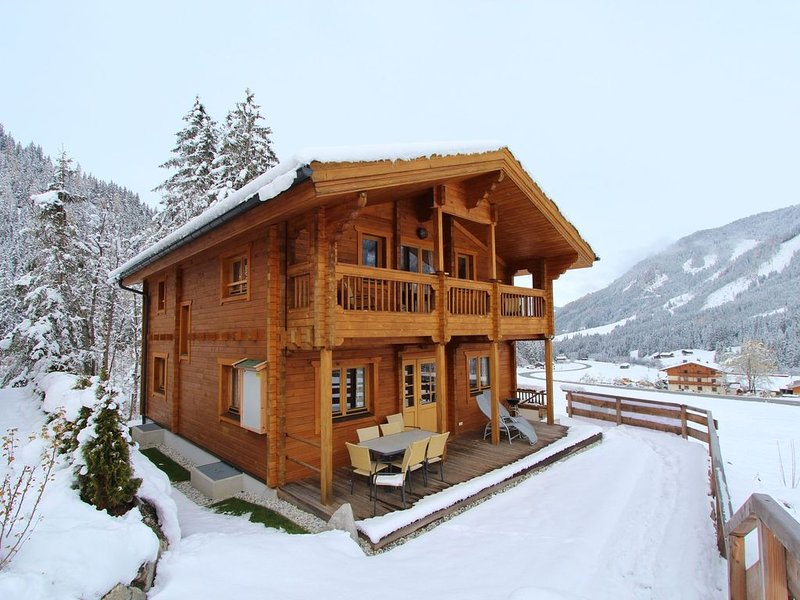 Luxurious and magnificent wooden chalet, with 5 bedrooms and a sauna, in the fa, location de vacances à Krimml