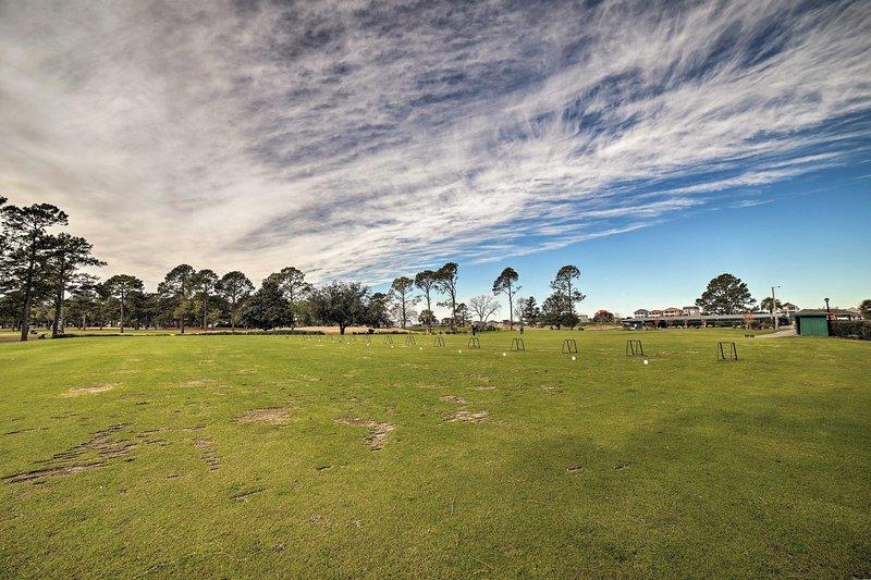 Pratique seu swing no campo de golfe.
