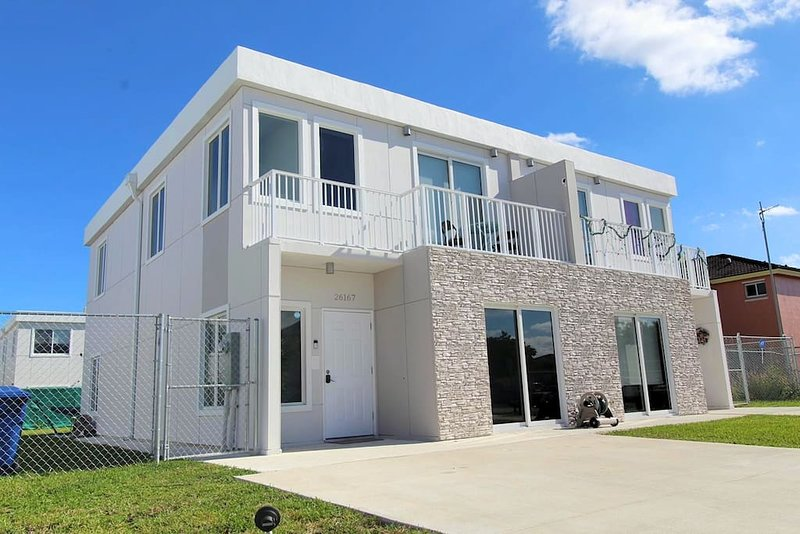 VERY LOW RATE! LUX 4 Bedrooms 4 Baths NO EXTRA FEES by Coral Castle, Zoo Miami!!, alquiler vacacional en Florida City