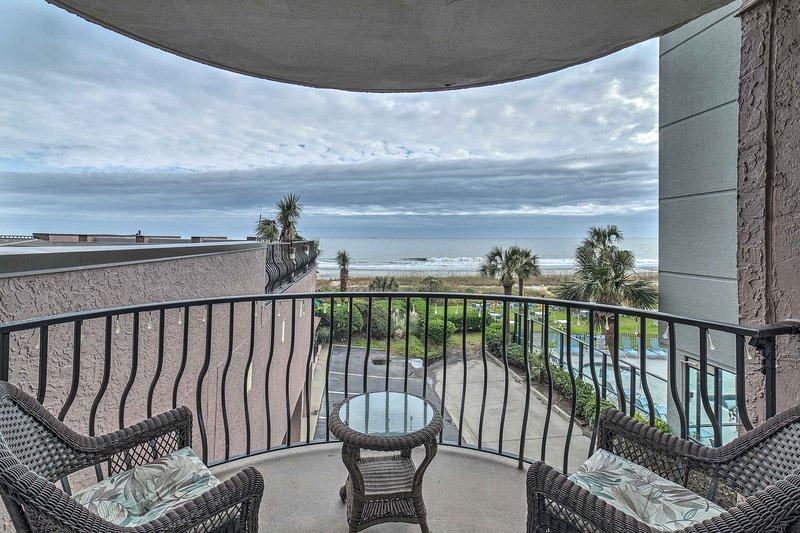 Descontraia-se na sua varanda exterior privada com vista para o Atlântico!