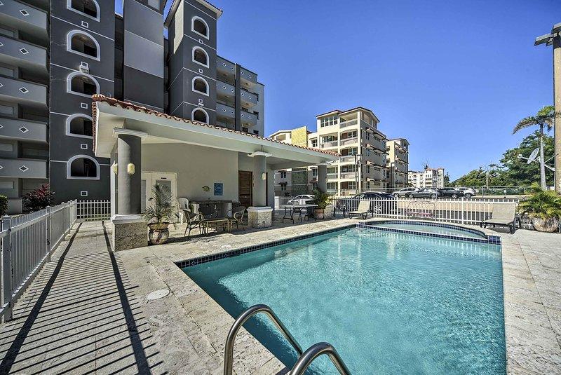 Breezy Condo w/Balcony & Ocean View, Walk to Beach, alquiler de vacaciones en Rincón
