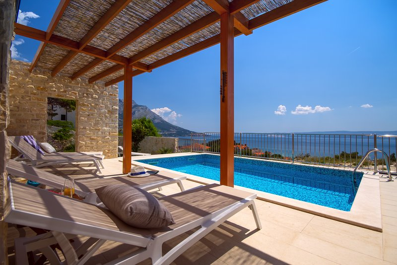 Villa Oslo - luxury place with sea views & heated pool, 300m far from sand beach, alquiler de vacaciones en Duce